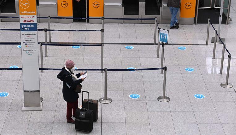 Een reiziger op de luchthaven in München. Beeld AFP