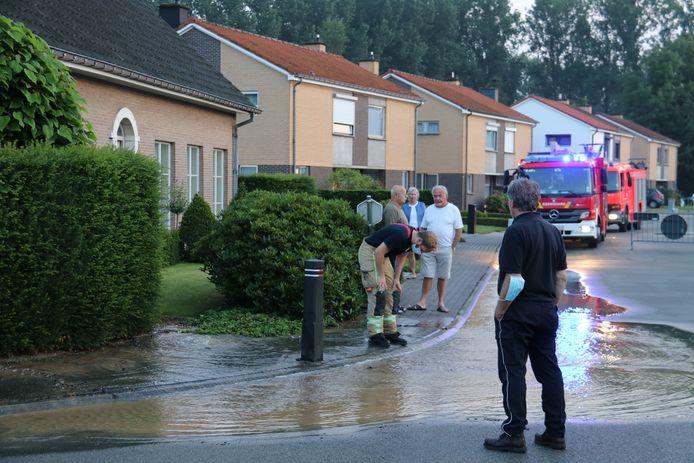De hele wijk zit zonder water, maar de watergroep is bezig met de herstelling
