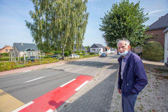 """Johan Van Damme aan scheiding tussen beton en asfalt voor zijn huis. """"Wanneer daar lege bussen overrijden davert mijn hele huis"""", zegt hij. """"En dat koude asfalt haalt helemaal niets uit."""""""
