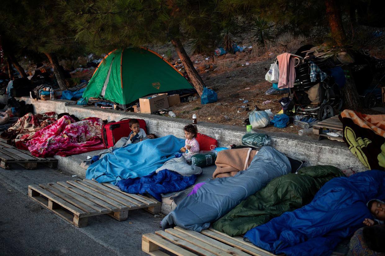 Op Lesbos werd het vluchtelingenkamp Moria vernield door een brand, maar de ex-bewoners zijn er nog, in schrijnende omstandigheden.   Beeld REUTERS