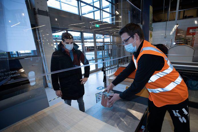 Coronaklusser Boy Dissel haalt bij bouwmarkt Karwei aan de Ruysdaelbaan in Eindhoven verf en doe-het-zelf-spullen op. Assistent-bedrijfsleider Toine van den Hout helpt hem.