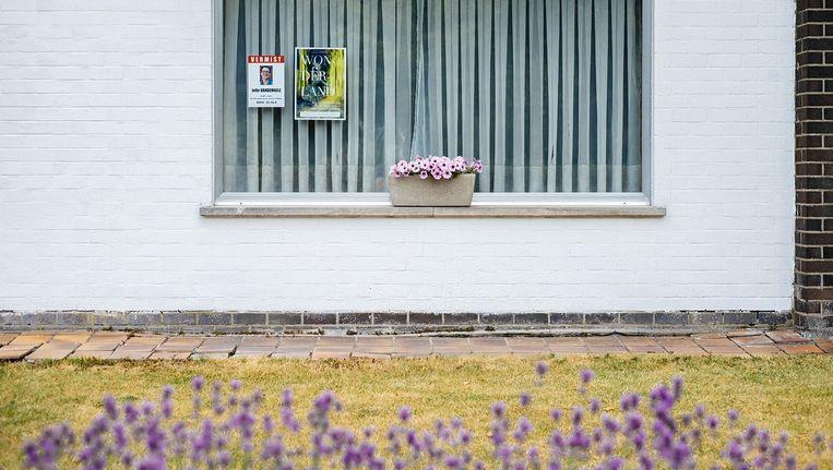 Een poster met een opsporingsbericht voor Jelle aan het raam van zijn ouders in Torhout. Beeld Wouter Van Vooren