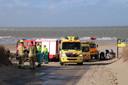 Hulpverlening na het ongeluk op de zandplaat bij Renesse.