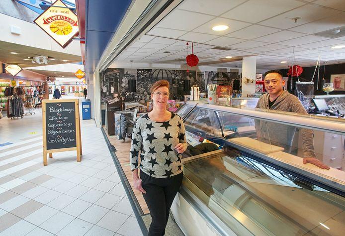 Supervlaai in winkelcentrum De Ruwert in Oss stopt na 19 jaar. Eigenaren Pascalle en Sjo-Wah Lain zien er geen brood meer in.
