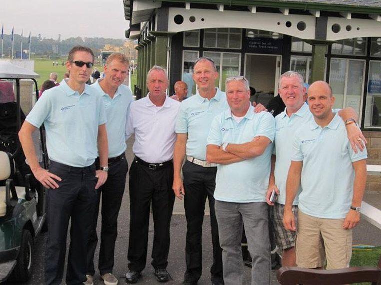 Bart Lokhoff en zijn vrienden in blauwe polo samen met Cruijff. Beeld Bart Lokhoff