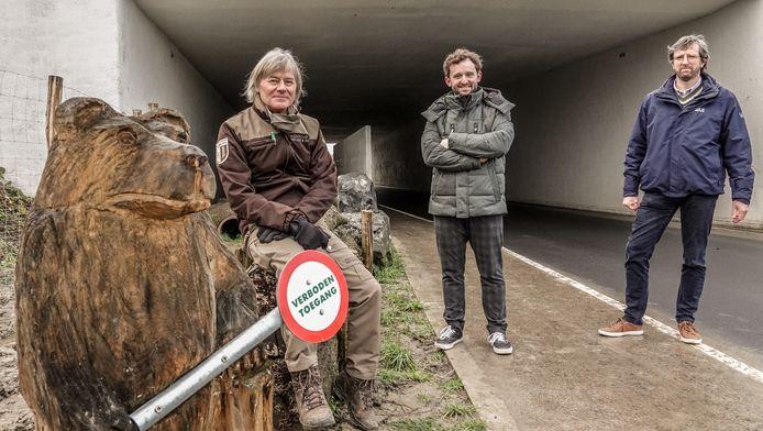 Schepen Bert Herrewyn (centraal), samen met ANB-boswachter Jan Allegaert (links) en AWV-regiomanager Franco Verschueren.