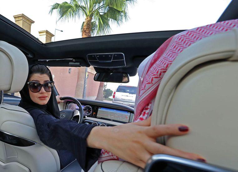 Een Saoedische vrouw oefent in de auto. Over twee weken krijgen vrouwen in Saoedi-Arabië het recht auto te rijden.   Beeld YAFP
