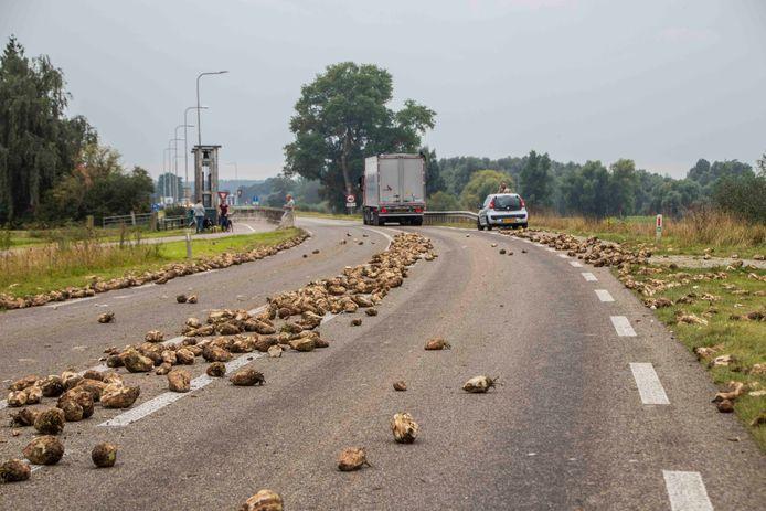 Op de Den Elterweg tussen Zutpen en Baak is zaterdagmiddag een vrachtwagen een lading bieten verloren. Over een stuk van tweehonderd meter ligt de weg bezaaid, hierom is de weg afgesloten.