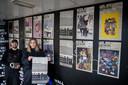 Ilja Schamle en Tom Jacobs bij een aantal van de posters, op het voormalige VVV-pand op het Stationsplein.