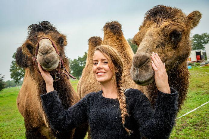 Steffi Rutten van circus Bolalou met de kamelen.