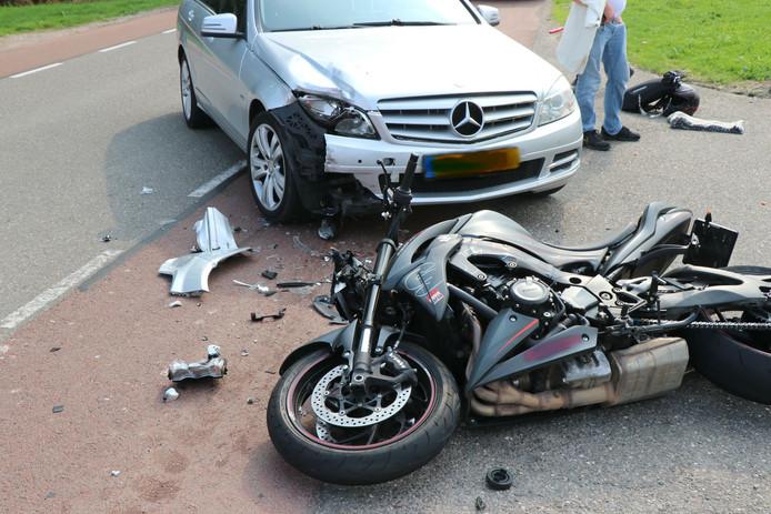 De motor en de auto kwamen met elkaar in botsing op de Kromme Nol in Wijk en Aalburg.