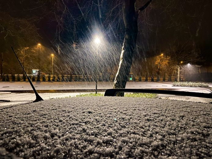 In Arnhem is het rond 17.00 begonnen met sneeuwen en rond 18.30 lag er een laagje sneeuw van zo'n 2 cm in Arnhem-Noord.