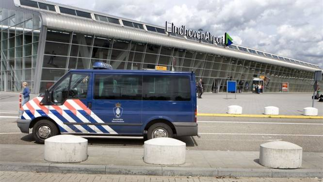 Marechaussee houdt drie mannen aan op Eindhoven Airport, hadden duizenden euro's op zak