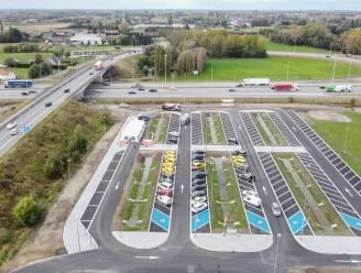 """Minister Peeters opent langs E17 in Kruishoutem de eerste waterdoorlatende carpoolparking : """"Dit is een technisch pilootproject"""""""