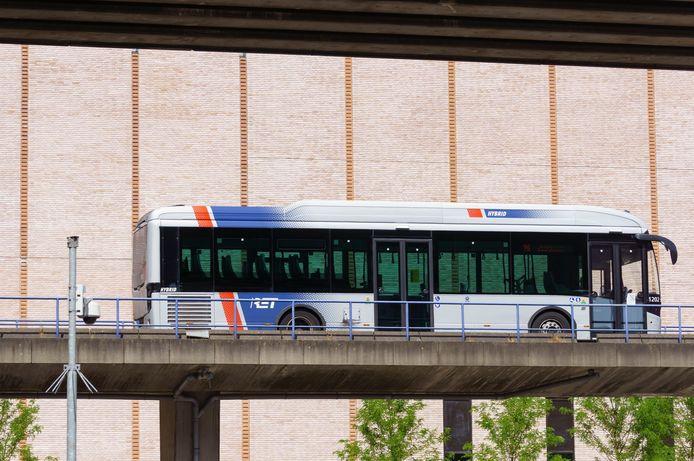 De RET moet niet alleen investeren in nieuwe bussen, maar ook in de chauffeurs, zegen de vakbonden.