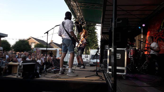 Optreden van de Wanroijse band FreeB.