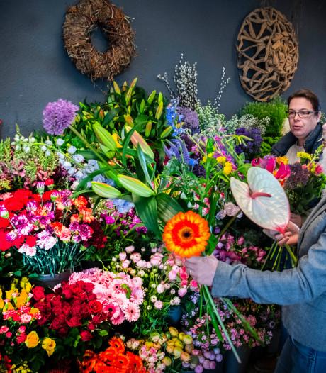 Juist nu hebben Tilburgse bloemisten het druk: 'Mensen willen elkaar een hart onder de riem steken'