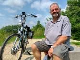 Brabantse beveiliger Cor eet broodje worst tijdens fietspauze door Biesbosch