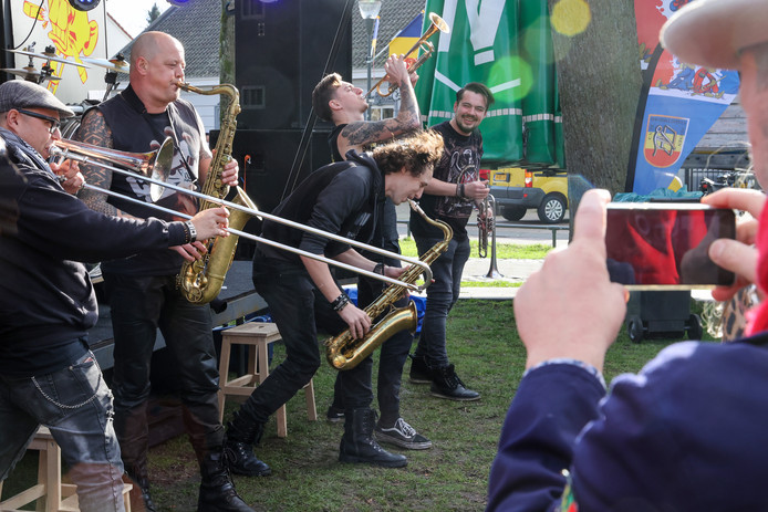 Heavy Hoempa maakte er een feestje van bij de nieuwe Nuenense carnavalsactiviteit Uitblaozen in het Park.