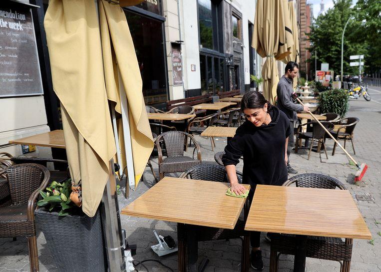 Medewerkers van de Grand Bar in Berlijn maken zich op voor de gasten die gaan komen. Beeld Fabrizio Bensch / Reuters