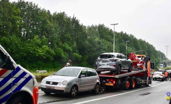 Het ongeval in 'de put' in Gullegem veroorzaakte niet alleen behoorlijk wat materiële schade maar ook weer file.