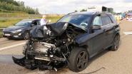 VIDEO. Vrachtwagen verliest lading inoxplaten op E34: Bestuurder kan aanrijding niet vermijden