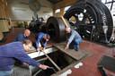 Elke zaterdag wordt met nam en macht gewerkt aan restauratie van de stoommachine van leerfabriek KVL.