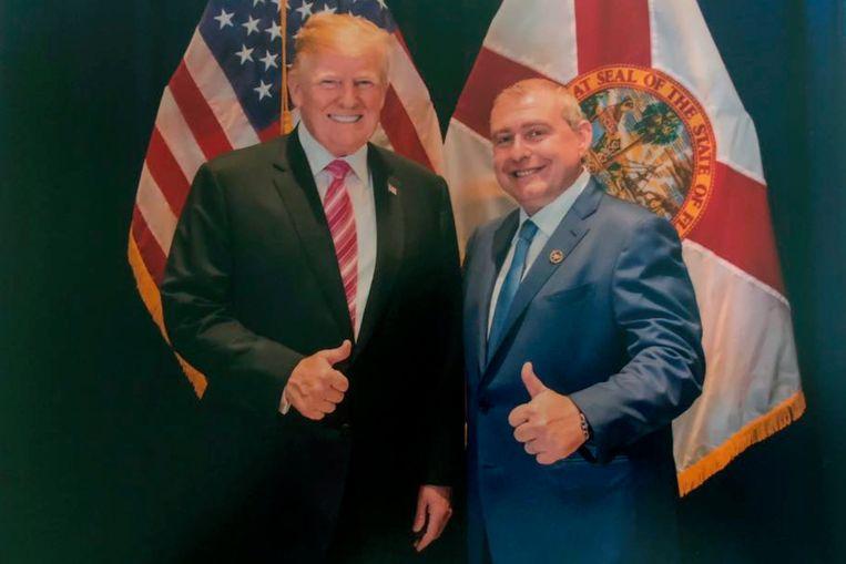 De Amerikaanse president Donald Trump met Lev Parnas, een goede bekende van Trumps persoonlijke advocaat Rudy Giuliani. Parnas is een van de spilfiguren in de Oekraïne-affaire.  Trump ontkent dat hij de man kent, hoewel er meerdere foto's van beide mannen samen bestaan. Beeld AP