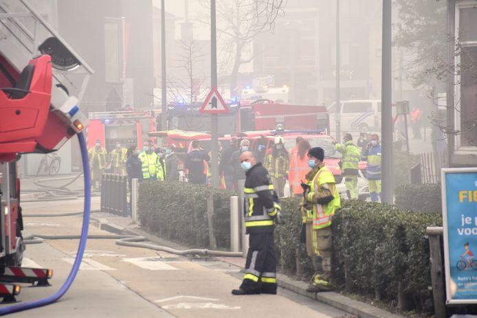 De hulpdiensten overspoelden het centrum van Heule om de zware brand in het klooster aan de Spes Nostra-school in de mist te bestrijden.