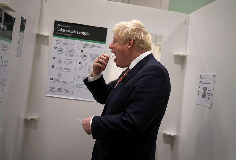 Premier Boris Johnson neemt begin november een coronatest af. Beeld AFP