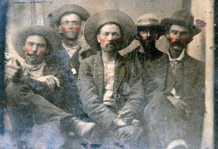 Volgens experts staan Billy the Kid (tweede van links) en Pat Garrett (uiterst rechts) op deze foto. Beeld Facebook - Frank Abrams