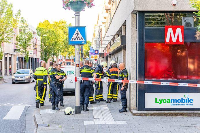 De brandweer pompt de kelder onder de Tilburgse supermarkt leeg.