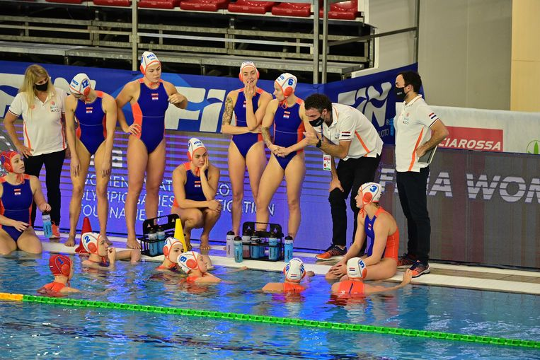 Coach Arno Havenga van de Nederlandse waterpolosters met de spelers tijdens het olympisch kwalificatietoernooi. Beeld ANP