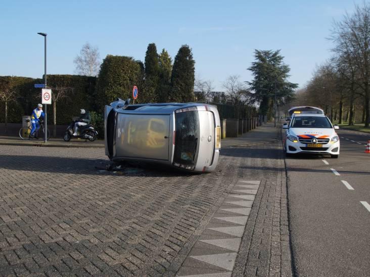 Auto belandt op de kant na aanrijding in Waalwijk: twee gewonden