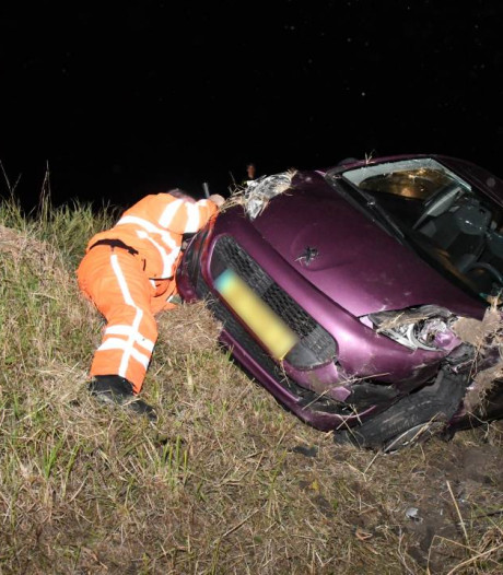 Automobilist rijdt de sloot in en raakt gewond in Kapelle