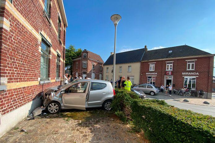 AAIGEM De wagen van de vrouw kwam tegenover café Miranda klem te zitten tussen een huisgevel en een verlichtingspaal.