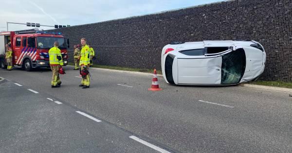 Automobilist verliest controle na botsing en slaat over de kop in Harderwijk.
