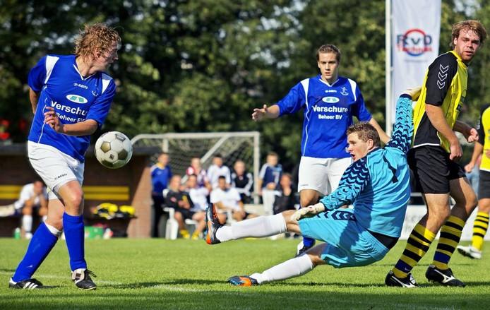 Doelman Martijn Clarijs van Veerse Boys zit mis bij een voorzet, maar kan de bal nog net langs Raamsdonk-aanvaller Marvin Blom (geheel links) tikken. foto Johan Wouters/het fotoburo