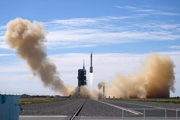 De Shenzhou-12-capsule werd gisteren op de basis Jiuquan, in het noordwesten van China, met een Lange Mars-2F draagraket gelanceerd.