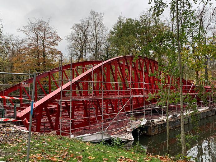 Daar is de rode kleur van de IJsputbrug aan het Minnewater terug.