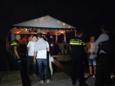Een van de twee groepen feestende jongeren stond op en rond een vlot op een schelpenbank in de Grevelingen bij Bruinisse.