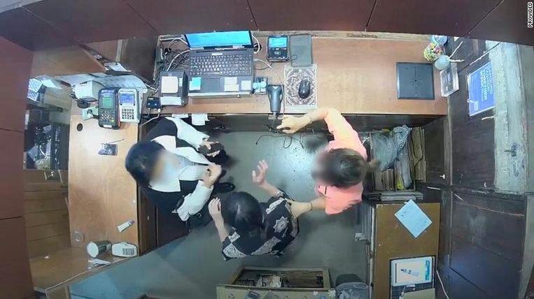 Camerabeelden waarop Xiang Xueqiu de winkelmedewerker belaagt. Beeld Screenshot