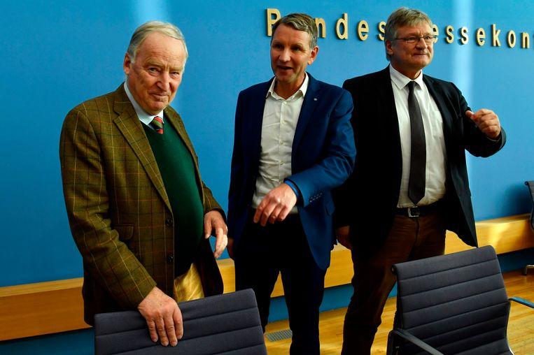 Björn Höcke (midden) van AfD staat bekend om zijn controversiële en extreemrechtse uitspraken.  Beeld AFP