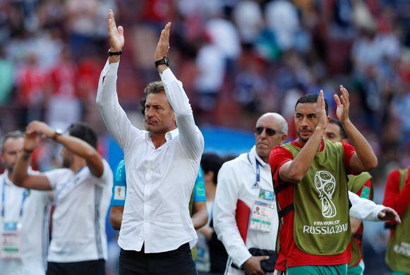 Hervé Renard groet het Marokkaanse publiek na afloop van de wedstrijd.
