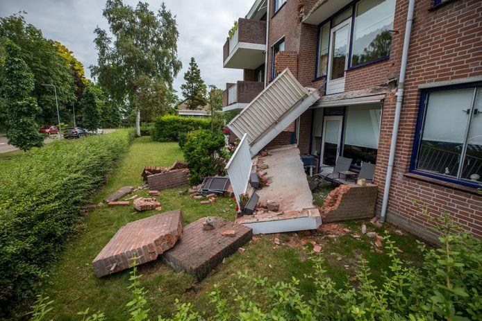 Begin september stortten twee balkons van het appartementcomplex in Oudenbosch plotseling in. De ravage werd direct opgeruimd en de overige balkons door beheerder Nederwoon gestut. Maar daar is het volgens veel bewoners en de gemeente Halderberge ook wel bij gebleven.