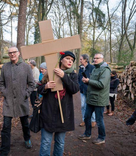 Strijders voor Arnhemse bomen houden stille tocht voor gevallen vrienden: 'Dit zieke kapbeleid moet stoppen'