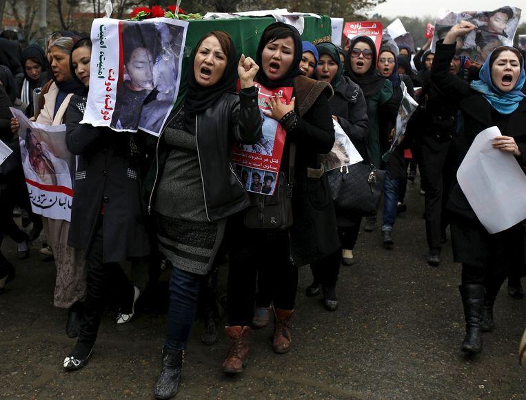 Betogende vrouwen dragen de doodskist van een van de slachtoffers. Beeld reuters