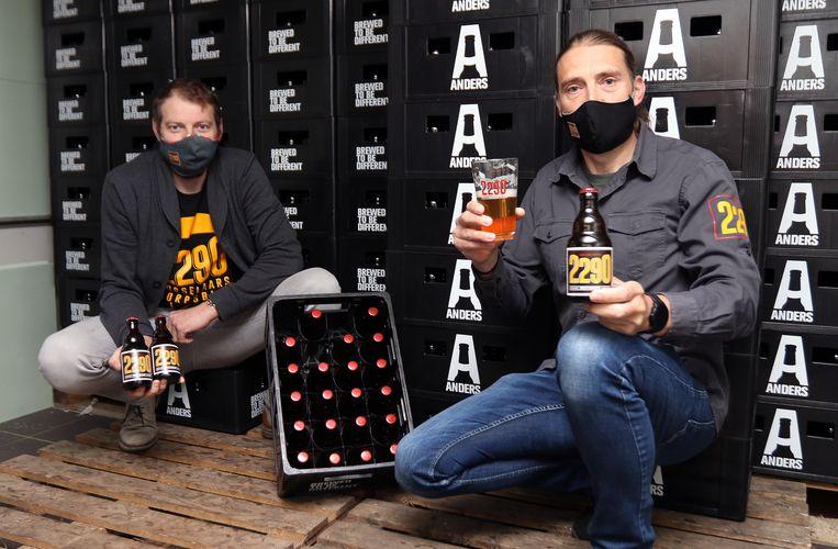 Dries Jacobs en Dave Hoefkens met het 2290-bier.
