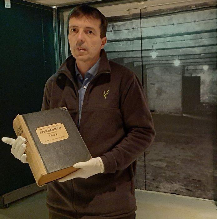 Directeur Erik van den Dungen met het Sterbebuch.