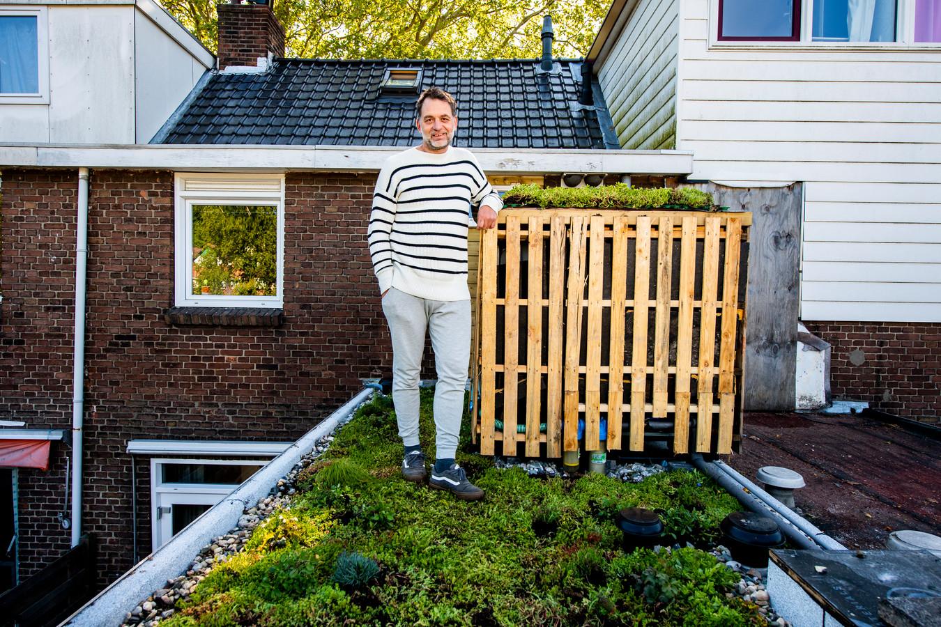 Tijs van Ruth heeft al een milieuvriendelijk huis, maar heeft nu ook een plantenbak bedacht die dankzij regenwater geen kraanwater nodig heeft.